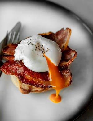 English muffins with maple bacon and poached eggs